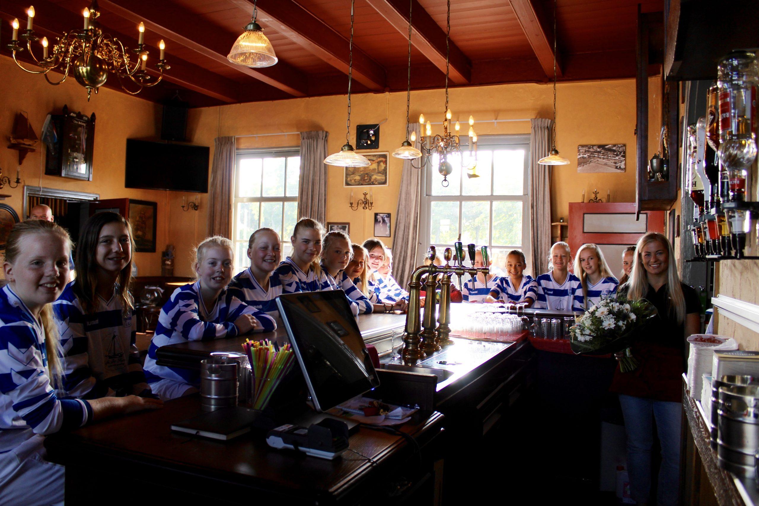 Café De Haven sponsort MO15 met tenues - Elburger SC