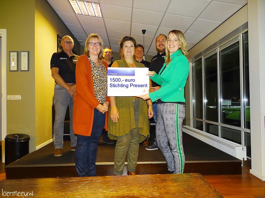 Uitreiking cheque Rabobank Veluwecup - Elburger SC