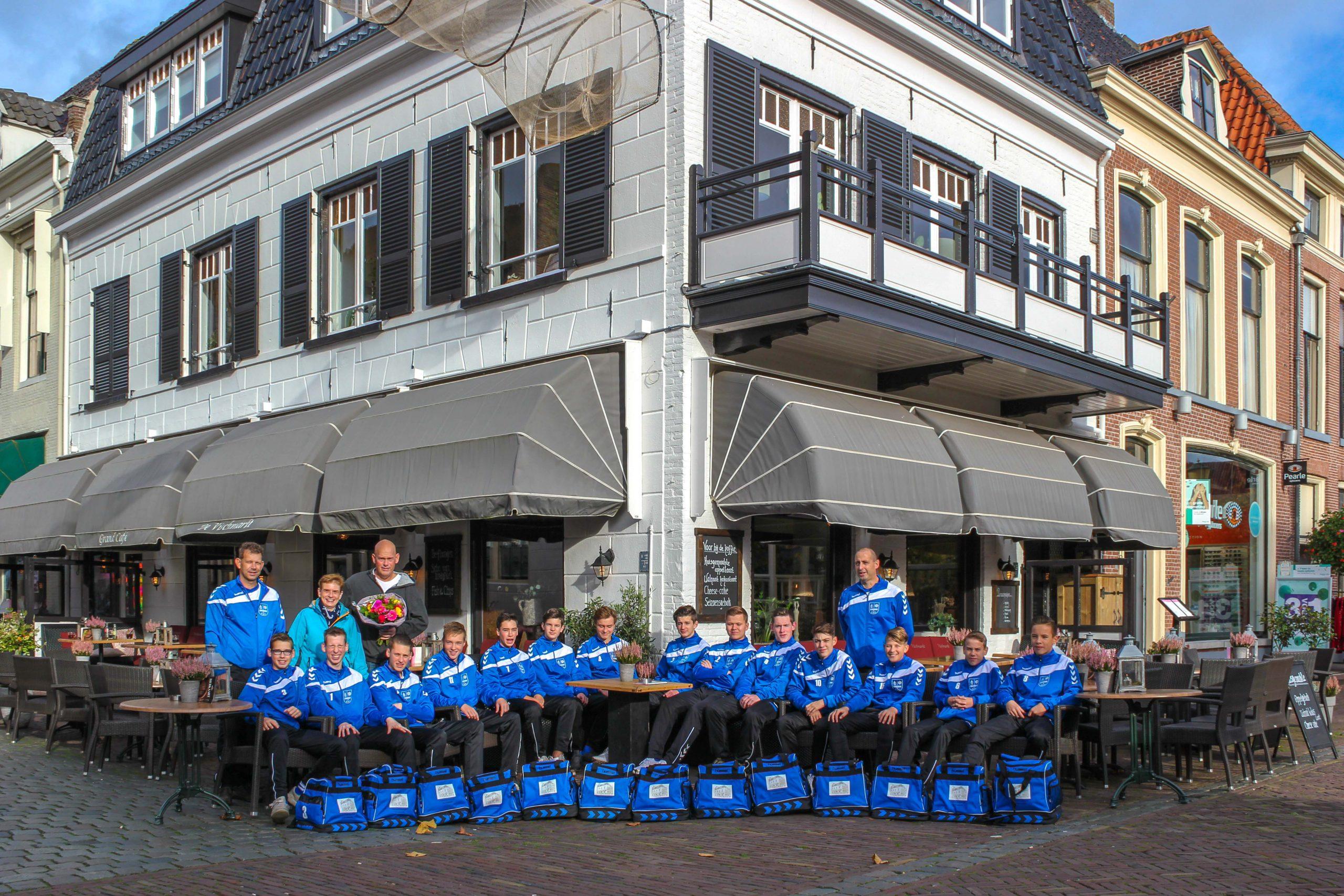 Restaurant Café De Vischmarkt sponsort tassen voor ESC-JO-17-2 - Elburger SC