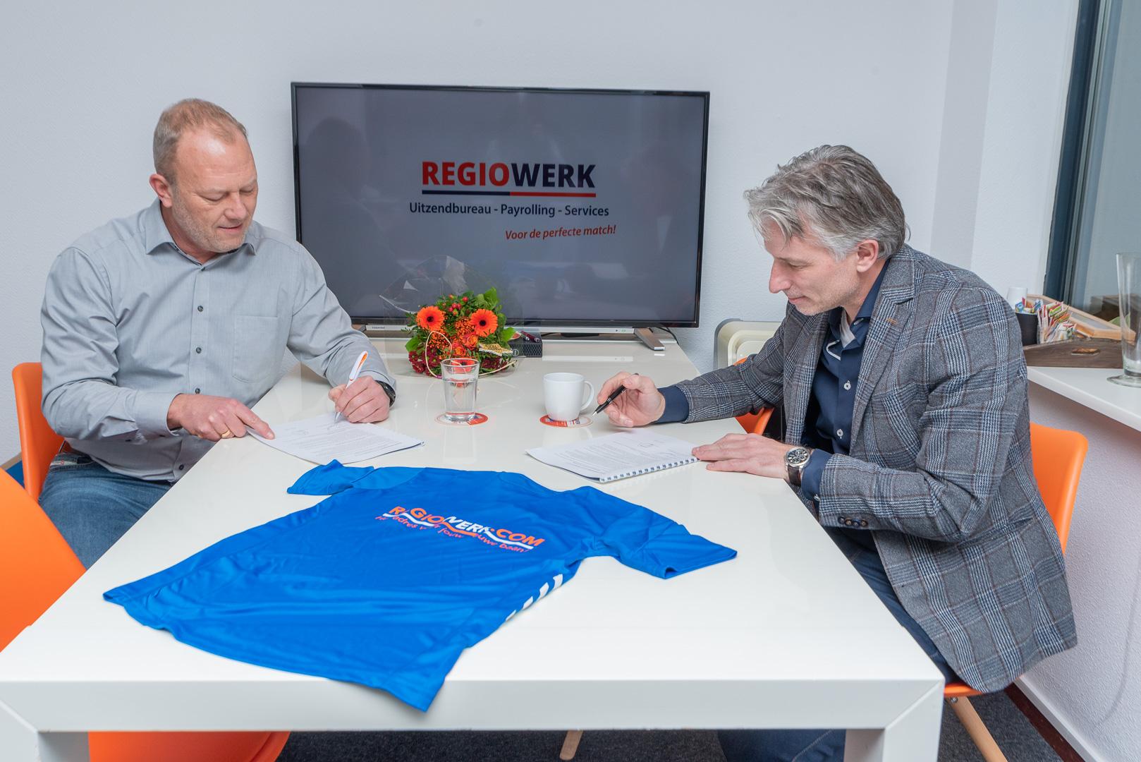 Regiowerk Uitzendbureau BV sponsort nieuwe inloopshirts voor JO19-1 - Elburger SC