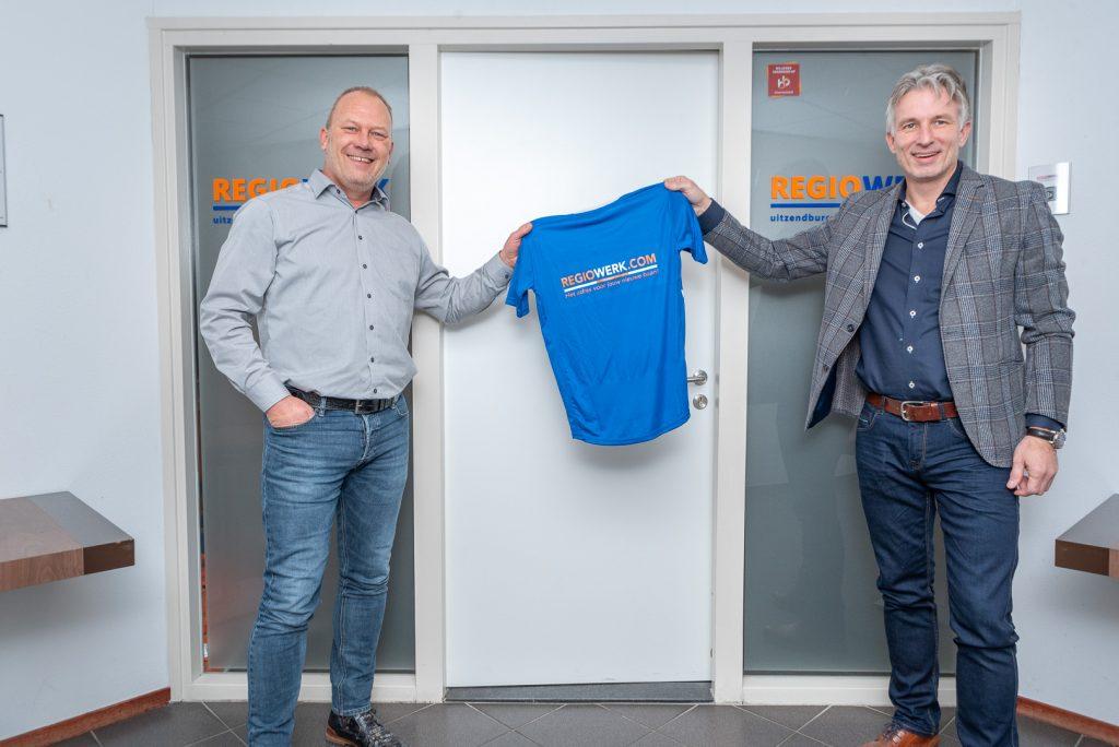 ElburgerSC - Regiowerk Uitzendbureau BV sponsort nieuwe inloopshirts voor JO19-1