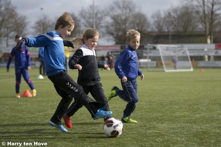 Zaterdag 11 september gaat de Franken Dakkapellen voetbalschool weer van start! - Elburger SC